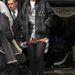 Rihanna próbálkozik a magastalpú férficipővel...