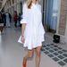 Eva Riccobono színes mokaszinban járja a velencei filmfesztivált. Egy ilyen színes mokaszin jó választás lehet balerinacipő helyett, de optikailag nyújtja a lábfejet.