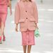 Átlátszó csipkeszoknya rózsaszín kabáttal.