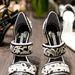 Talán az különbözteti meg Blahnikot az átlagos cipőkészítőktől, hogy mindig nagy bátorsággal és új technikai megoldásokkal tele vetette bele magát a tervezésbe.