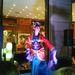 Vanille Bon Bon, brit burlesque-művésznő gésának öltözött, aztán a színpadon levetkőzött