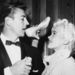 Mickey Hargitay Jayne Mansfield cipőjéből iszik esküvőjükön, amit 1958. január 13-án tartottak.
