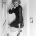 Valaki úgy gondolta, jó ötlet lesz lefotózni Joan Riverst, amint lábát fogva egy fürdőkádban telefonál. Ő szemmel láthatóan a törpe tűsarkú cipőre esküdött.