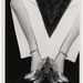 Egy fotó az ötvenes évekből. Egy nő a bárnál pihenteti a lábát.