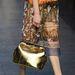 Arany táska saru-szerű aranycipővel.
