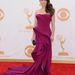 Linda Cardellini, többek közt a Vészhelyzet színésznője. A 2013-as Emmy-n ravasz szabású, szép színű Donna Karan Atelier ruhában jelent meg.
