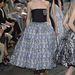 Az utánozhatatlan Dior elegancia az ötvenes évek hangulatát idézte Párizsban.