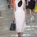 A fekete, fehér és piros kombinálása az idei trend a párizsi divathéten.