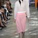 Pizsamarózsaszín térdig érő szoknya ezüst cipővel a Diortól.