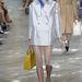 A fényes árnyalatú zakókat és a klasszikus táskákat szívesen látnánk a ruhatárunkban jövő nyáron.
