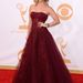 Kaley Cuoco inkább egy burgundi színű ruha mellett döntött.