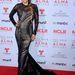 A fehér selyemruha fölé egy fekete áttetsző ruhát is ráadtak a színésznőre. A tervező Romona Keveza 2013-as ősz kollekciójából való ruha.