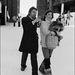 Méghogy a kosár nyári kiegészítő! Jane Birkin és Serge Gainsbourg az Avoriaz filmfesztiválon a francia Alpokban 1976 januárjában.
