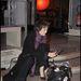 Jane Birkin az Emberi Jogok Nemzetközi Szövetsége előtt, összematricázott táskával.