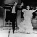 Ginger Rogers 1935-ben a Top Hat (Frakkban és klakkban) című filmben divatba hozta a strucctollas ruhát.