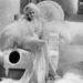 Jean Harlow az 1933-as Vacsora nyolckor című George Cukor filmben divatba hozta a hullámos platinaszőke frizurát.