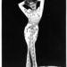 Rita Hayworth, aki a Gildában provokálja a közönséget feszes, combtőig felsliccelt estélyi ruhákban.