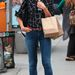 Katie Holmes viszont büszkén pózolt, ő barna bokacsizmával és szintén fekete táskával viselte.