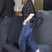 Jennifer Aniston fekete-nude telitalpú cipővel és egyik kedvenc Chanel-táskájával viselte, ebben a szettben menekült a fotósok elől.