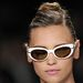 Fehér keretes napszemüveg  Carolina Herreraától.