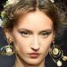 Frizura és fülbevaló trend a Dolce & Gabbanától.