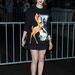 Lily Collins így érkezett szeptember 29-én a Givenchy párizsi tavaszi-nyári divatbemutatójára. Liz Jones szerint bevett szokás, hogy a divatházak a meghívott hírességeknek a bemutató előtt küldenek pár szettet, hogy a márka ruháiban jelenjenek meg a divatbemutatón.