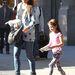 Azért van ekkora sikere a Saint Laurent nagymamás pulcsijának, mert Katie Holmes szeptember 28-án ebben sétáltatta lányát, Surit.