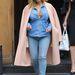 Kardashian nagy melleivel és bő kabátaival igyekszik elterelni a figyelmet szülés után megváltozott alakjáról.