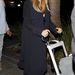 Kardashian legújabb húzása: Beverly Hillben tologatja gyerekét egy földet söprő, fekete (esetleg sötétkék) kabátban.