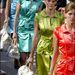 Színes ruhák és újragondolt táskák a 2003-as tavaszi-nyári kollekcióban.