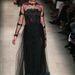 Vörös szőnyeges ruha Valentino kifutóján.