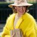 Matilda ismertetőjele, hogy mindig jól szabott kabátot visel, és kedveli a feltűnő kalapokat. Most épp Fabienne Delvigne egyik kreációját viseli fején.