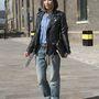 A japán Vogue munkatársa, Kyoko Yano Histeric Glamour farmerét okosan felhajtotta, így jobban érvényesül a Kurt Geiger csizmája.