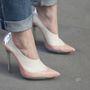 A cipőn látszik, hogy már viselte, de nadrágja alját nagyon gondosan hajtotta fel.