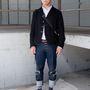 Shoji Fujii fotós büszke csíkos zoknijára.