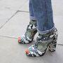 Csak szerette volna, ha látszik, milyen jól mutat a terepmintás zoknija Kat Maconey magas sarkú szandáljával.