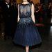 Amy Adams színésznő szintén sötétkék Ferragamóban...