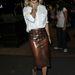 Rita Ora fehér felsővel és metálos szandállal viselte a Burberry-szoknyát.