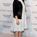 Drew Barrymore a fekete-fehér és a vastag sarkú cipő trendet is követi.