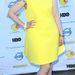 Lena Dunham rikító sárga egyrészesét egy vastag sarkú fekete szandállal dobta fel.