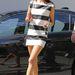 Alessandra Ambrosio fekete-fehér csíkos szettben és lapostalpú cipőben.