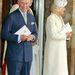 Károly herceg és Camilla gyönygyökkel kirakott kabátban.