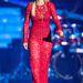 A ruhához tartozó fuxot Rita Ora nyakláncként használta.