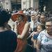 És még egy piros szalmakalap, igaz, kicsit más környezetben. A kép 1959-ben készült Moszkvában, amikor a Dior ellátogatott a városba.