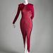 Ezt a vörös ruhát Bill Blass, egy amerikai divattervező álmodta meg. Bár ő 2002-ben elhunyt, márkája nem szűnt meg halálával.