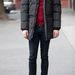 A kabát ára 93 900 forint és egy ollkabát hatású, egyenes szabású hosszított dzseki nyolc zsebbel, levehető műszőr gallérral, lekapcsolható kapucnival. Szélálló és lélegző anyaga, valamint vastag bélése ideális viseletté teszi a leghidegebb napokon is.