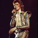 A lemezborítóra is így került fel Bowie-Ziggy: piros-fekete-kék villámmal az arcán, ami minden idők egyik leghíresebb borítója lett.