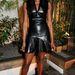 Naomi Campbellen teljesen mindennapinak hat az amúgy merész bőrruha.