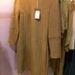 Ennek a ruhának az eredeti ára 54900 forint  volt, most csak 27450 forint, ami 50 százalékos kedvezményt jelent. Ezt mind fel is tüntették a cetlijén, ahogyan az euróban megadott árat is. Nem minden darabról tudhattunk meg ennyi mindent.