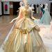 Hamupipőke klasszikus fazonú Versace ruhája tiarával.